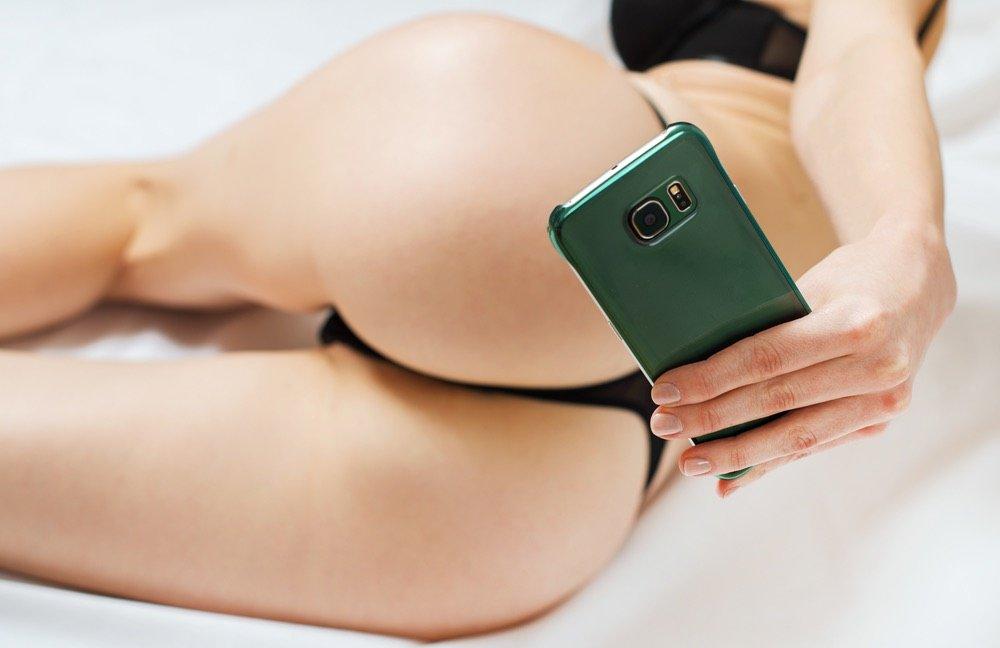 rinsing-frau-selfie-arsch